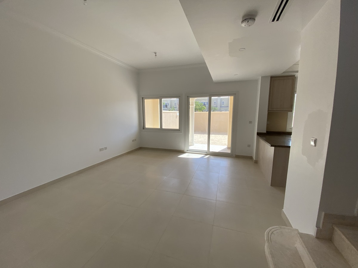 PAY 6 CHEQUES.2BR PLUS MAID.SINGLE ROW